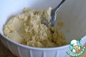 В миске смешать брынзу, панировочные сухари, манную крупу и яйца. Вымешать ложкой.
