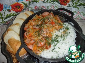 Pour the cooked rice on a dish, next put the sausages with the vegetables, sprinkle with herbs and serve.   Bon appetit!