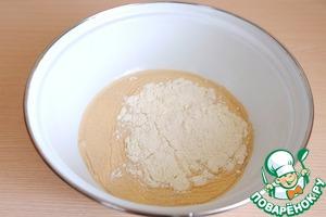 Из общего количества муки взять 2 ст. ложки и добавить в молочно - дрожжевую смесь. Смесь перемешать и поставить в теплое место для роспуска дрожжей