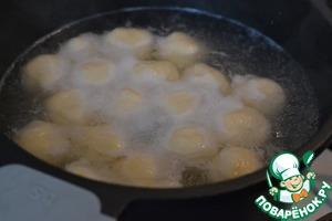 В кастрюле вскипятим воду. Посолить.   Опускаем кнедлики в кипящую воду.   Когда кнедлики всплывут, то поварить еще 3-4 минуты.