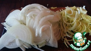Onions and leeks cut into thin half-rings. Crush the garlic.