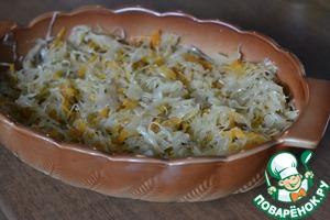 На сервировочную тарелку выкладываем готовую капусту.