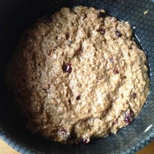 Форму смазать маслом. Выложить тесто и разровнять. Поставить в разогретую духовку. Выпекать при 180С 30 минут.