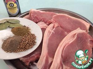Время приготовления указано без учёта маринования.   Порезать свиной карбонат на стейки, подготовить специи.