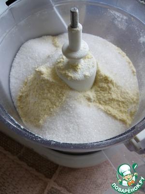 В чашу комбайна всыпать просеянную с разрыхлителем муку ( оставив полстакана на подмес), соль, сахар ( 3 ст. ложки) и холодное масло кусочками.