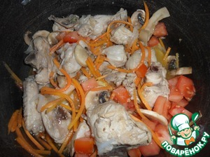 Sauteed the chicken, add the prepared ingredients alternately, after each bookmark - mix. First onions, then carrots, then mushrooms and then the tomatoes.