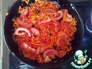На сковороде пассеруем лук с морковью, добавляем болгарский перец, обжариваем около 3-4 мин, добавляем дольками порезаный помидор или томат пасту. Можно и то и другое одновременно.