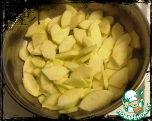 Apples wash, peel, cut into 4 pieces, and then cut into slices, put in bowl, sprinkle with lemon juice and stir.  In a pan put the butter and sugar, heated to melt the butter, spread the apples and simmer, stirring occasionally, 5-7 minutes.  Throws apples on a sieve and let cool.