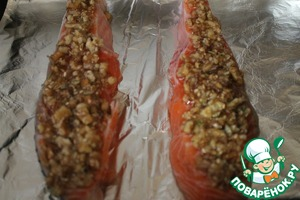 Разделываем стейк на два порционных кусочка, удаляем лишние кости. Выкладываем на них ореховую смесь. Ставим в духовку, разогретую до 190 градусов, на 20 минут.