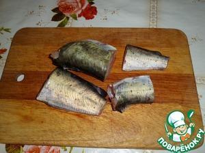 Пока варится рис. Нарезаем рыбу на куски.