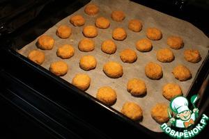 Из теста лепим небольшие печенья и выкладываем на противень, застеленный промасленным пергаментом. Выпекаем при 180 градусах 20-25 минут.