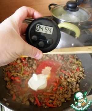 У нас еще 5 минут! Кладем в фарш томатный соус и йогурт, добавляем сахар и соль, хорошо перемешиваем и на среднем огне тушим под крышкой.
