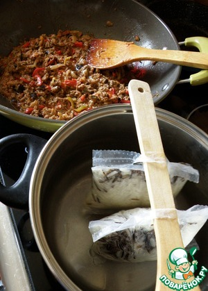 С риса сливаем воду и даем ему хорошо стечь.