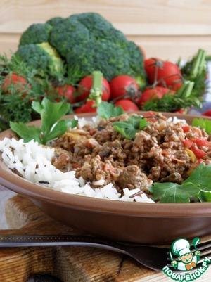 Выкладываем рис по тарелкам, в середину кладем фарш с овощами. И сразу подаем, украсив зеленью. Ароматный и сочный обед готов!