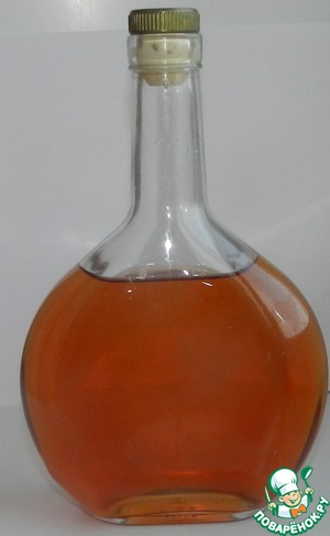 Когда ягоды потеряют свой цвет и на дно выпадет осадок - наш чудесный напиток готов.    Его нужно аккуратно снять с осадка и отфильтровать, через ватные диски, что бы настоечка была совершенно прозрачной.   Настойка имеет красивый янтарный цвет, очень гармоничный запах: ни чего не выпирает на первый план, пьется легко, в меру сладкая, с приятным послевкусием лимона.    Очень рекомендую, после трудного дня или вечером на даче, под шашлычек - вкусно, расслабляюще и даже полезно, главное не переборщить с количеством употребимого!