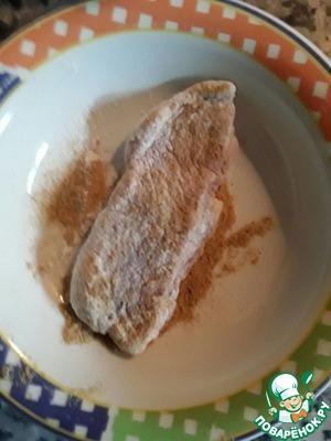 Затем перекладываем рыбу в посуду с горчицей и тоже обвалакиваем рыбу со всех сторон в горчице.