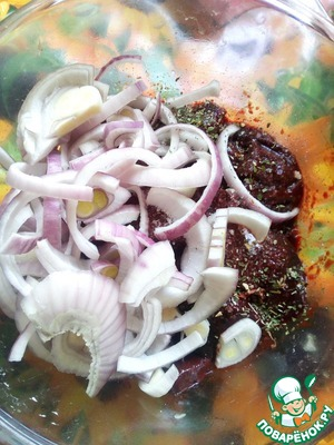 Добавляем к печени соль, специи по вкусу ( я беру около 0,5 чайной ложки соли и щепотку итальянских трав) и одну измельченную луковицу.