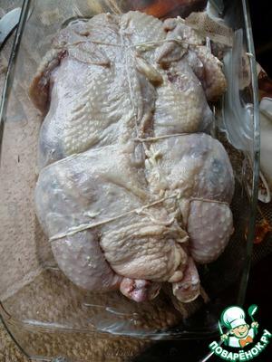 Запахнуть разрез, можно прихватить зубочистками.    Связать курицу кулинарной нитью и смазать мягким сливочным маслом. Уложить в форму и запекать в разогретой до 200 градусов духовке до подрумянивания.    Затем убавить нагрев до 160 и запекать до готовности – при проколе сок должен быть светлым.    Если вдруг начнет подгорать, прикрыть курицу фольгой.