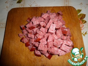 Нарезаем кубиком копченую колбасу.
