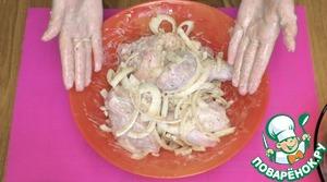 Добавьте маринад и лук в тарелку с куриным мясом, хорошо все перемешайте и оставьте мясо на несколько часов. Обратите внимание, что маринад я не солю! Соль я добавляю непосредственно перед приготовлением мяса, так оно получается более нежным и сочным!