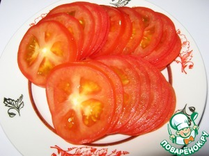 Wash tomatoes, dry, cut into thin plates.