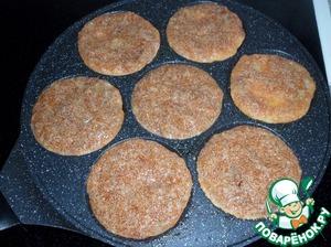 Разогретую сковороду смазываем растительным маслом. Ложкой выкладываем икорную массу на сковороду.