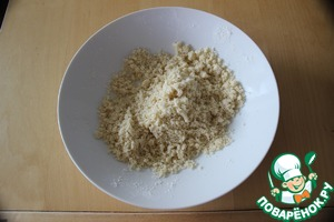 For the topping RUB hands the sugar, butter and flour into crumbs. Put in refrigerator before using to keep the oil melted.