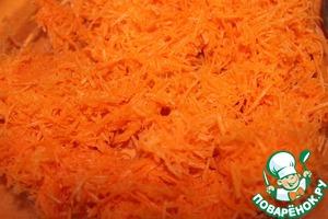 Морковь моем, чистим, натираем на мелкой терке.