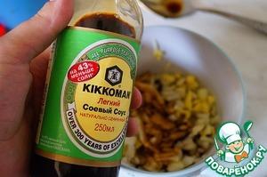 Выложить порубленные овощи и имбирь в чашу, залить соевым соусом, растительным маслом и уксусом.