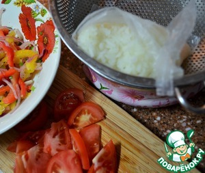 Wash and chop the tomato.  The rice is cooked, gently drain in a sieve to remove liquid.