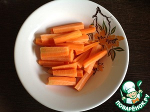 Scrape the carrots and cut into cubes. Put into a form.