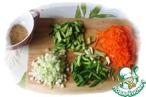 Свежую молодую капусту тонко шинкуем, перекладываем в миску, чуть присыпаем солью и слегка (!) перетираем руками.   Огурцы нарезаем тонкой соломкой, морковку натираем на терке, сельдерей очищаем от верхнего слоя овощечисткой и мелко рубим, зеленый лук нарезаем крупно, кунжут обжариваем на сухой сковороде до светло-коричневого цвета.