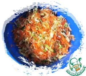 In a bowl in the cabbage sent the chopped vegetables, stir.
