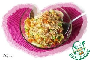 Выливаем заправку в салат, перемешиваем, перекладываем в салатник и присыпаем кунжутом.   Вкусно!