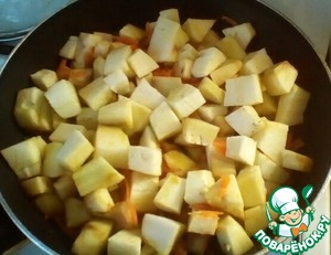 Then add the eggplant, cut into cubes and fry, stirring for another 5 minutes.
