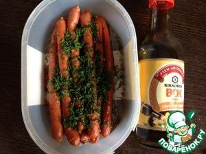 """В миске смешать вместе соевый соус и растительное масло. Я использовала соевый соус """"Вок"""" ТМ Киккоман. Колбаски поместить в миску с соусом, посыпать зеленью и тмином. Поперчить по вкусу. Перемешать."""