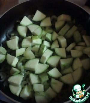 Next add the zucchini, cut into small dice. Stirring constantly, fry for 5 minutes.