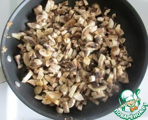 Onion and fresh mushrooms finely cut and fry until cooked in vegetable oil. Transfer to a bowl and leave to cool.