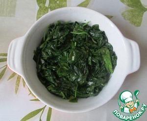 Чеснок мелко порубим. На сливочном масле с чесноком обжариваем листья шпината или тонко нарезанную свежую капусту минут 10, помешивая.