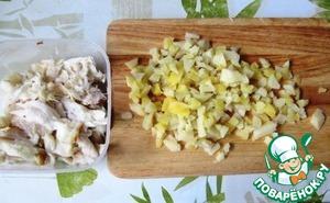 Рыбу разбираем на кусочки. Отварной картофель мелко нарезаем или грубо разминаем толкушкой.