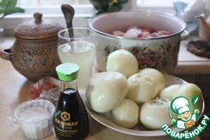 Перемешиваем в кастрюле мясо с луком, добавляем специи- молотые красный острый перец, зиру и сумах.