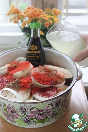 Нам нравится такой набор специй, Вы по своему вкусу. Вливаем рассол. Солим, учитывая соленость рассола. Немного уксуса в рассоле уже есть. Пусть мясо вберет в себя вкусы огорода урожая прошлого лета. Так сказать нанесем основной фон в картину нашего шашлыка.