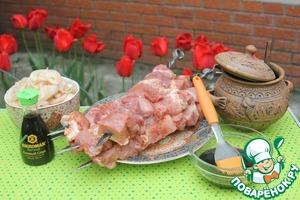 Заранее готовим соус для намазывания шашлыка : соус «Kikkoman» и мед.   Соотношение ингридиентов – по своему вкусу.