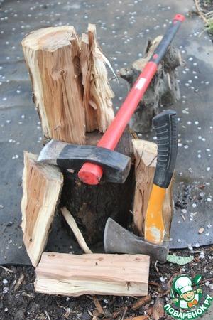 Немаловажный ингридиент любого шашлыка – дрова.   Мы стараемся жарить именно на дровах, для мангала держим запас яблони.   Несколько яблоневых чурок, хороший инструмент, и после нескольких минут уличного фитнеса - топливо готово!