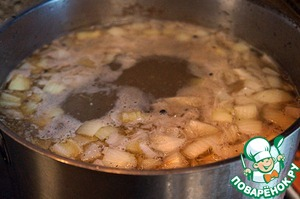 Broth bring to a boil, lower the potatoes in it and onion, add pepper, reduce the heat to medium and cook for 15 minutes.