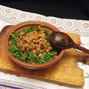 В миску выложить гречу, сверху- полученное рагу. Посыпать рубленой зеленью.   Приятного аппетита!