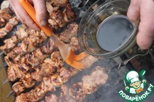 Шампура на мангал и в процессе жарки промазываем шашлык соусом.   Мед в соусе тоже сбора прошлого лета. Добавим деталей аромата лугов лета в картину праздника.