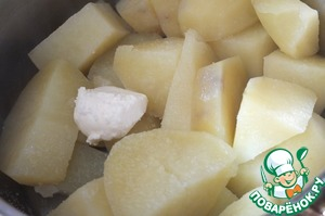 Potatoes wash, peel, cut into cubes and boil in salted water until tender. The water is drained, add the butter.