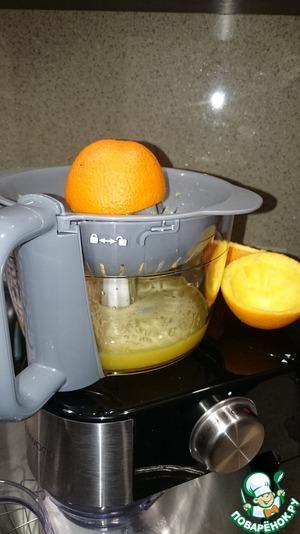 Из двух апельсинов выжать сок. Можно использовать и готовый сок из пакетов но учитывайте, что туда всегда добавляют сахар, а это значит, что ваша порция будет более калорийной!