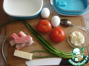 Prepare food for a salad. Crab sticks I took out the natural crab meat. Garlic finely chop or squeeze out and add to the mayonnaise.